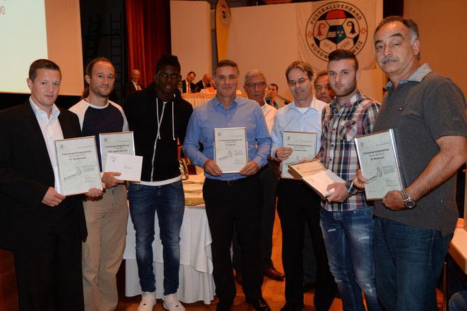 Breel Embolo (Dritter von links) überreicht den fairsten Männerteams der Saison 2013/14 ihre Auszeichnung – darunter der ASC Sparta-Helvetik (Delegierter Toprak Yerguz Zweiter von links).