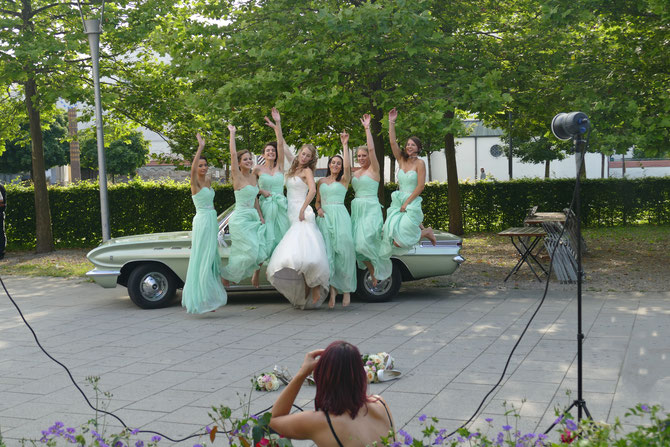 Braut und Brautjungfern mit Buick am Forum in Mindelheim Unterallgäu