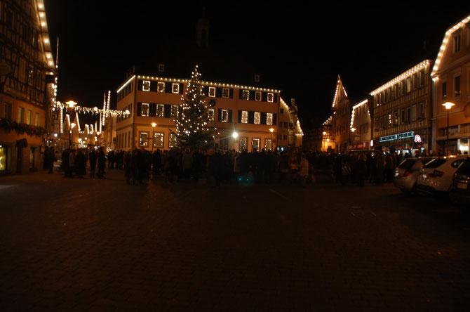 Um 17 Uhr gingen viele auf den nahen Marktplatz zum lebendigen Adventskalender. Danach gab es Abendessen.