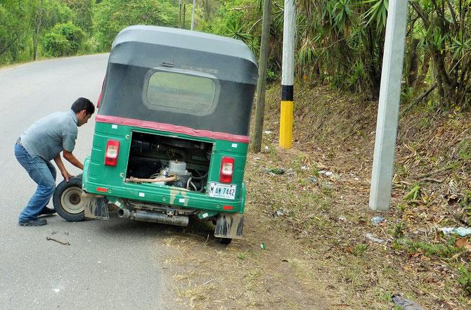 Auf dem Rückweg von den Maya-Ruinen in Copan erwischte es unser Tucktuck. Knapp 5 Minuten dauerte der Radwechsel. Übung macht eben den Meister.