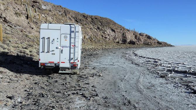 Am Ufer entlang ist sinnlos. Also auf Rat des Rangers im rechten Winkel zum Ufer mit Vollgas über die knirschenden Salzplatten losbrettern. Habe selten jemandem so vertrauen müssen. Und es funzt. Wir können wieder die 80 km in die Stadt Uyuni fahren, ..