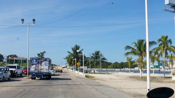 """Das langweilige Einerlei von Yucatan weicht der interessanteren Küstenstraße am Golf von Mexico. Man achte auf den """"netten"""", fast unsichtbaren, dafür aber fahrgestellkillenden Tope direkt vor uns."""