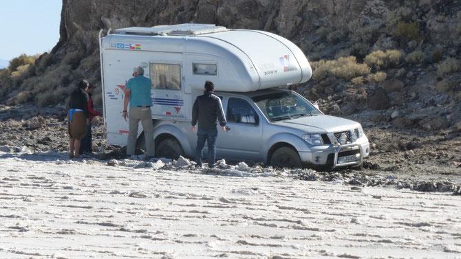 Weit kommen wir nicht. Zur Hälfte liegt El Gordo auf Grund. Alle vier Räder stecken tief im Schlamm und Wasser.