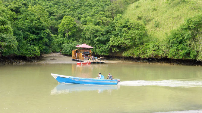 Fischer auf dem Heimweg in Sua. Diese Kneipe kann man nur mit dem Boot erreichen.