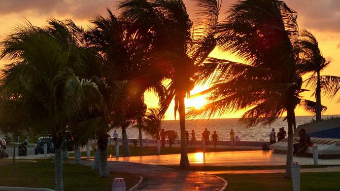 Campeche belohnt mit einem tollen Sonnenuntergang. Es ist viel los auf Campeches Malecon.