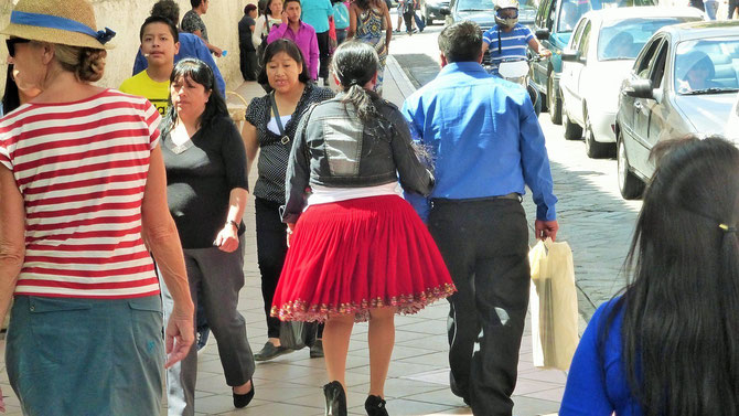 .. kann sich nicht vorstellen, wie solche Röcke beim Gehen wippen.