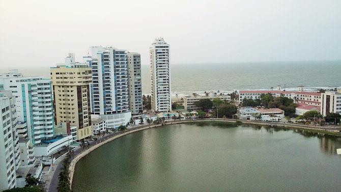 Bocagrande heißt das barrio, in dem wir wir für acht Tage wohnen. 19. Etage, zwei Zimmer mit Kochecke auf 50 m², immer ein frischer Luftzug auf dem Balkon und Meerblick für wirklich kleines Geld.