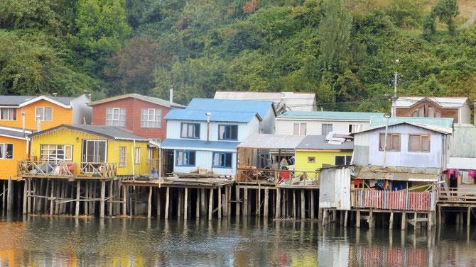 Castro, die Hauptstadt Chiloes (ca. 30.000 Einwohner) ist bekannt für die am Hafen gelegenen Stelzenhäuser und ..