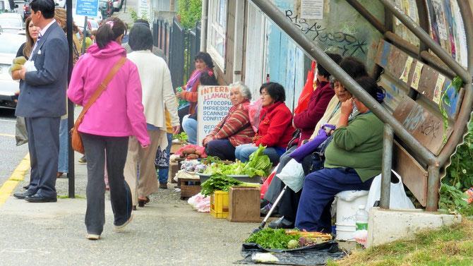 """Fast an jeder Ecke versuchen die """"kleinen"""" Leute das zu verkaufen, was ihre Gärten hergeben."""