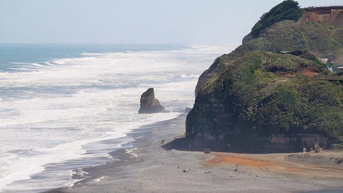 Dafür finden wir in Boca Budi, in der Gegend leben sehr viele Mapucheindianer, einen zwar schlichten, aber super schön gelegenen Stellplatz an dieser rauen, wilden Küste. Nebenan liegt der Salzwassersee Lago Budi.