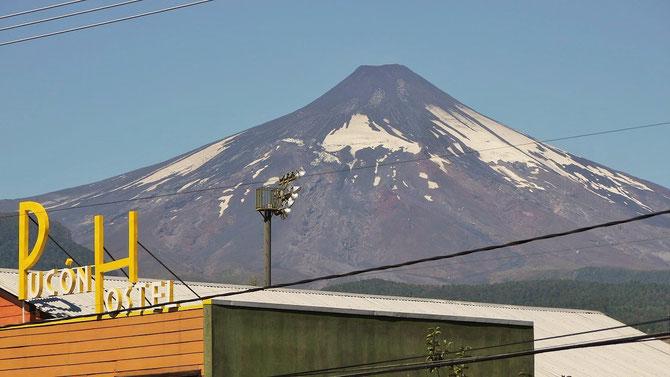 Leider haben wir den nur vierstündigen Ausbruch des Villarrica um zehn Stunden verpasst. Zu sehen ist er auf Youtube. Das dicht am Vulkan gelegene Pucon gefällt uns sehr. Vor dem Ausbruch war die Vulkanspitze weiß. Jetzt ruht er wieder.