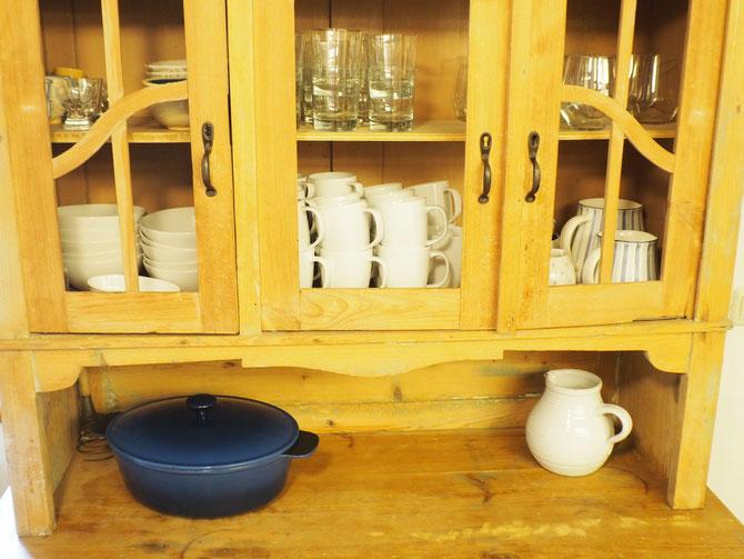 Der obere Teil des Küchenschrankes mit genügend Geschirr für alle Feriengäste