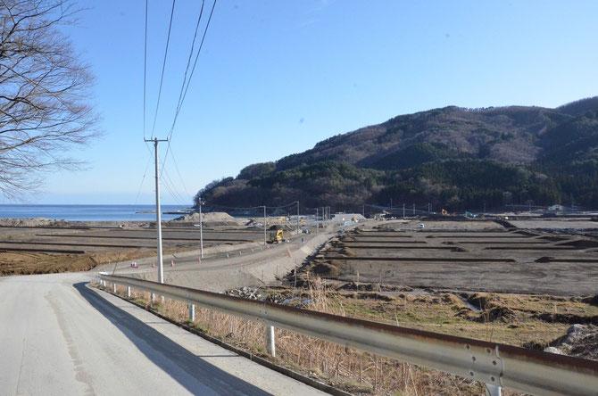 津波記憶石 建立地を背に撮った写真。左手には海が見える。ただ、この場所もかさ上げ予定。2013年12月撮影