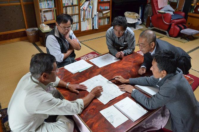 東実行委員長、地盤整地を担当した斎藤氏を中心に話し合いが行わた。