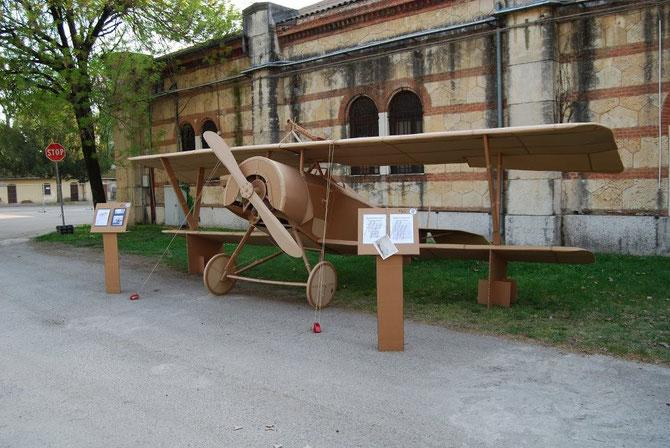 """L'elicoplano di Guido Moncher verrà ricostruito dall'artista veronese Massimo Marchiori e fatto """"volare"""" a Coredo durante le riprese del docufiction. Intanto guardate come ha riscotruito in cartone un Niuport in scala 1/1. Poi sia l'aereo che la torre ver"""