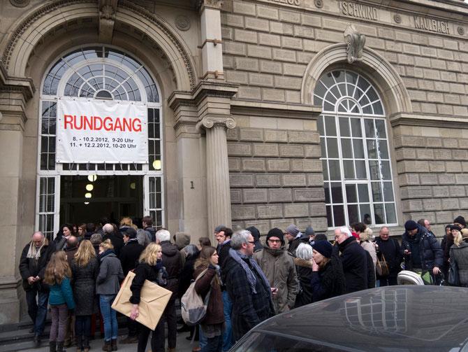 Anstellen für den Rundgang in der Kunstakademie Düsseldorf