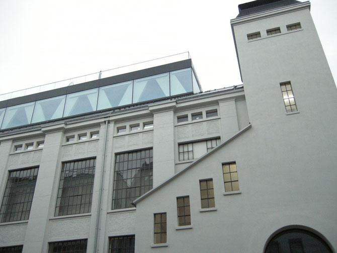 Das Ausstellungsgebäude in Düsseldorf-Oberkassel, auf dem Dach, in dem Glaspavillon, befindet sich das Privat-Loft der Sammlerin.