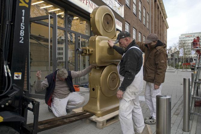 Lieferung des goldenen Projektors am 9. Dezember 2009