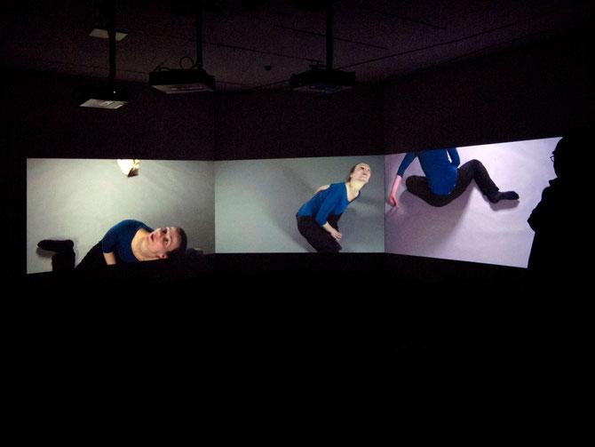 Freya Hattenberger, Kiss, 3-Kanal Videoinstallation, 2010