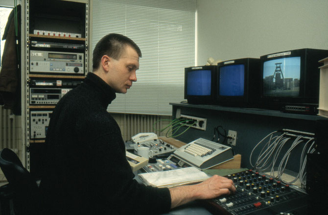 Schnitt unseres ersten Zollverein-Videos am U-matic-Schnittplatz beim Offenen Kanal Essen (OK 43), 1994.