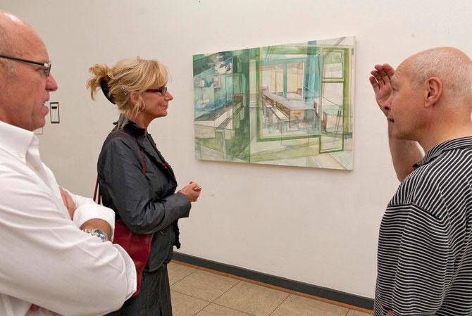 Kunstspur 2011, im Hintergrund ein Bild von Fiona McLardy