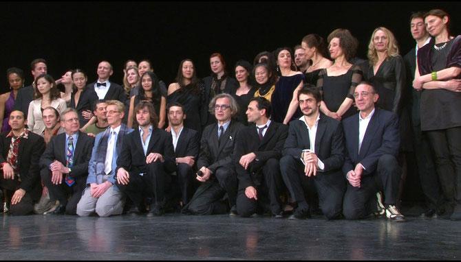 Die Tänzer des Tanztheaters Wuppertal mit Wim Wenders auf der Bühne der Lichtburg