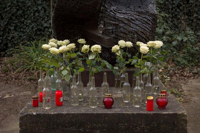 Blumen für Doris Schöttler-Boll am Eingang zum Atelierhaus Alte Schule