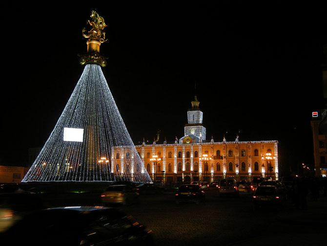 das Alte Rathaus von Tiflis mit dem Denkmal des Heiligen Georg in Weihnachtsbeleuchtung