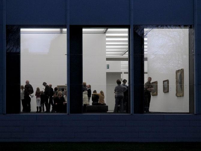 Von der Goethestraße gesehen. Fenster zur Ausstellung.