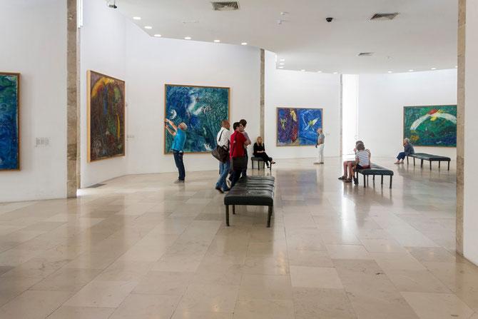 Ausstellungsraum mit großformatigen Werken von Marc Chagall