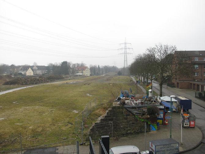 März 2012: Auf dieser Freifläche befindet sich heute der Niederfeld-See. Im Vordergrund die Reste der Kult-Bude Willi Göken am ehemaligen Bahndamm. Die Bude wurde im August 2012 abgerissen.