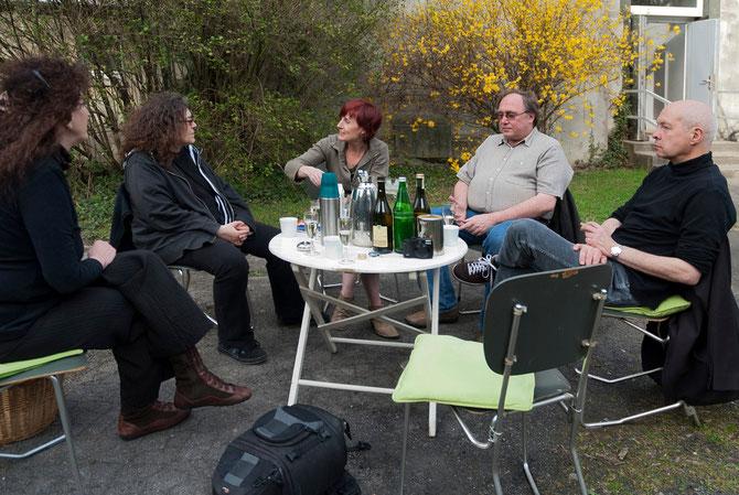 Mitte links: Elisabeth Höller, re. Rona Rangsch im Gespräch nach der Videovorführung