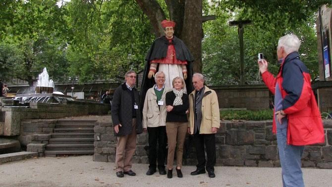 Silke Rehberg vor dem Denkmal für Kardinal Hengsbach (Videostill)