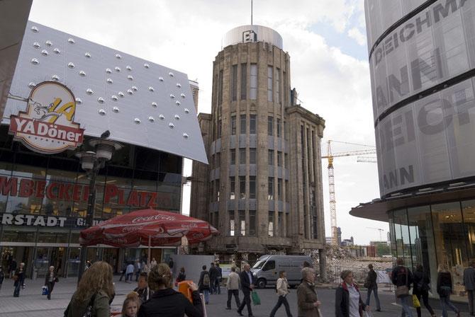 Der Karstadt-Turm kurz vor der Sprengung