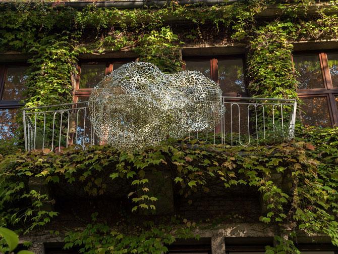 Balkongold  2015 Clipband etwa 205 x 160 x 125 cm temporäre Installation am Haus Moltkeplatz 9 in Essen im Rahmen der Aktion Haus und Kunst