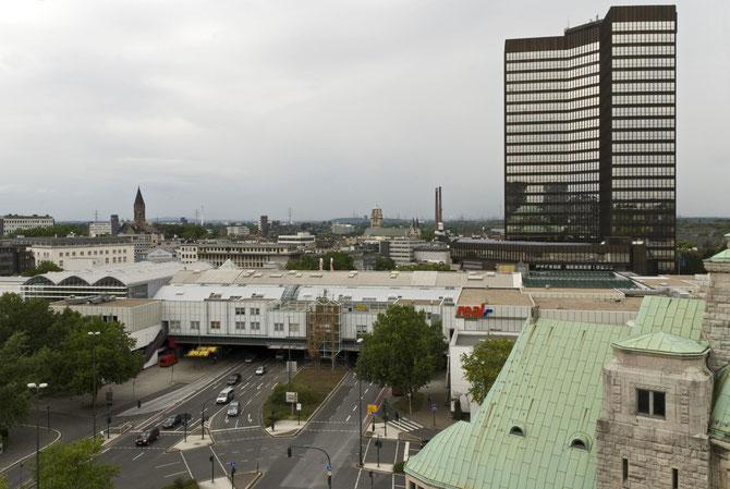 """Rathaus mit """"City-Center"""", heute """"Rathaus Galerie"""" fotografiert vom Turm der Alt-Katholischen Friedenskirche (September 2010)"""