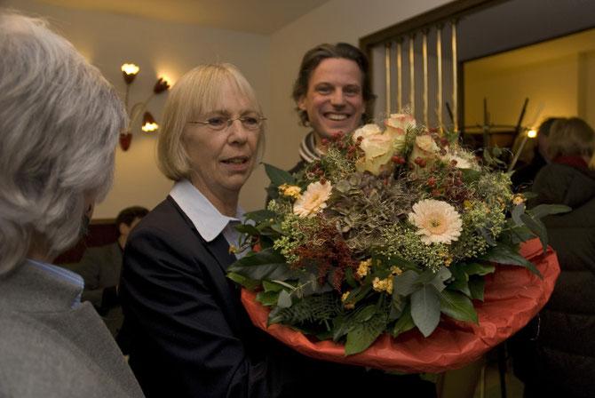 Ein Blumenstrauss für Frau Menze zur Eröffnung des Filmstudios
