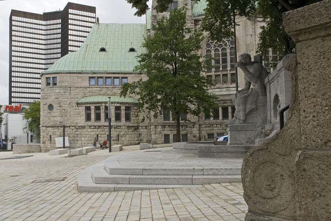 Der 2010 neugestaltete Edmund-Körner-Platz mit dem Jahrhundertbrunnen und der Alten Synagoge