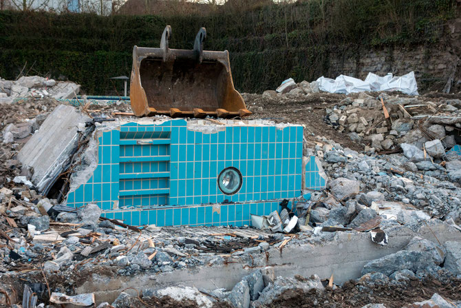 Die Baggerschaufel als Symbol des Abbruchs städtischer Einrichtungen