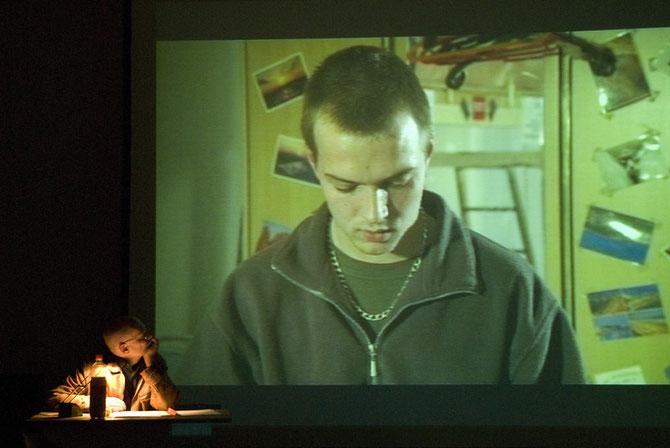 """Michael Girke bei der Vorführung eines Ausschnitts  aus dem Film """"Im Glück.Neger"""" von Thomas Heise"""