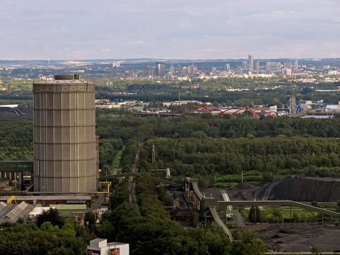 Die Innenstadt von Essen vom Tetraeder in Bottrop gesehen