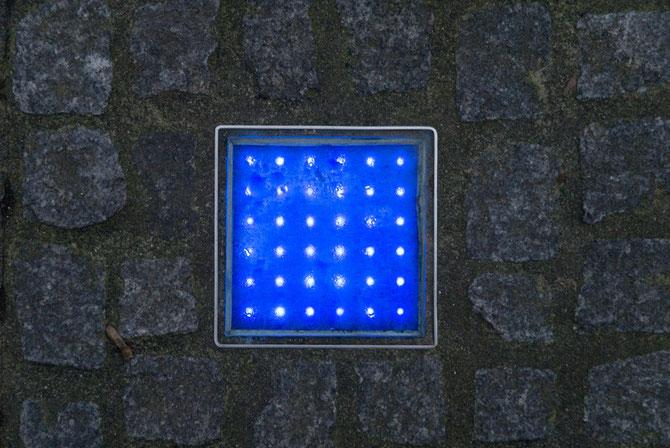 Kulturpfad - im Boden eingelassene, blau leuchtende LEDs zeigen den Weg...