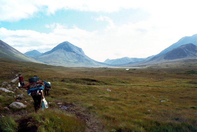 Rucksackwanderung auf der Insel Skye. Links im Hintergrund: Der Marsco (736m) in den Red Cuillins