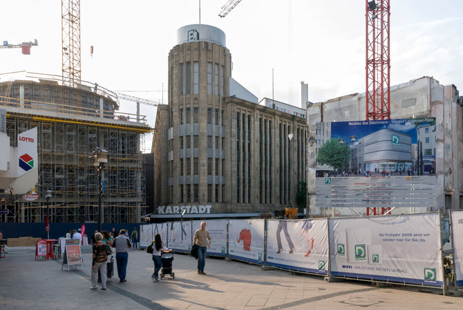 Limbecker Straße mit dem alten Karstadthaus, Einkaufszentrum Limbecker Platz (links) im Bau, rechts die Baustelle des Deichmannhauses im Juni 2007