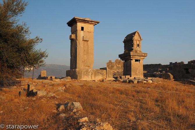 Lykisches Harpyienmonument und Pfeilersarkophag von Xanthos
