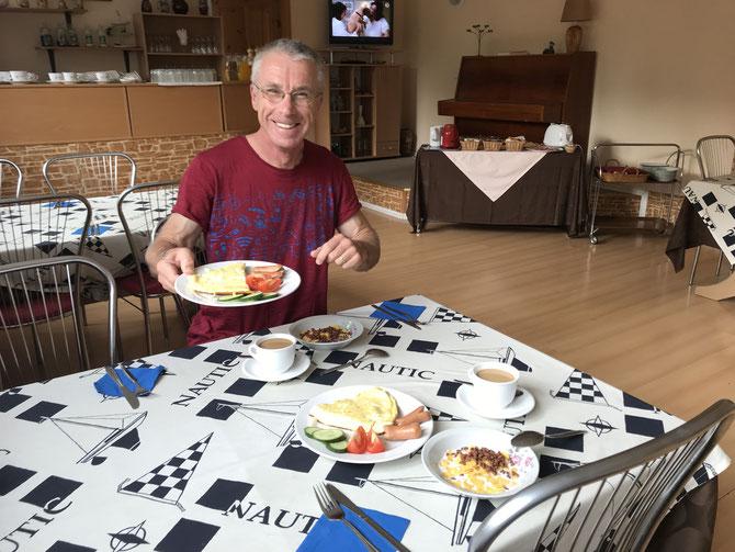 """Frühstück mit Riesenomelette im Guesthouse """"Daine"""" in Narva-Jõesuu"""