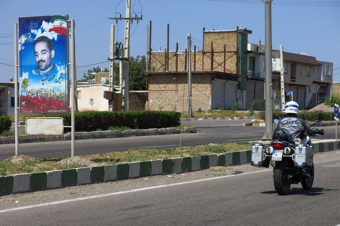 Viele iranische Städte gedenken mit Tafeln an den Ausfallstraßen ihrer Gefallenen aus dem iran.-irak. Krieg