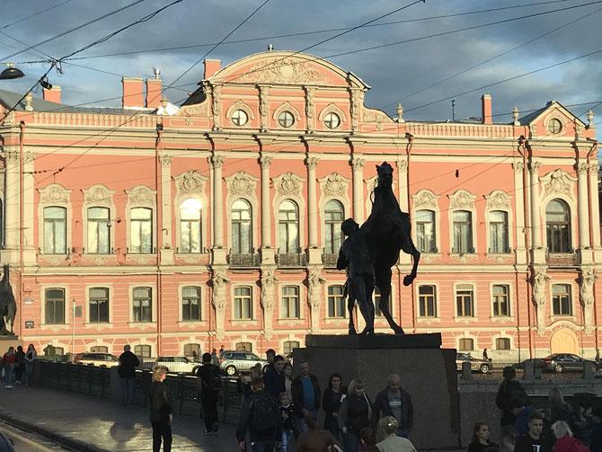 Abendsonne an der Anichkov-Brücke mit den Statuen der Pferdebändiger