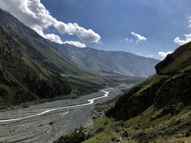Der Terek entspringt an einem Gletscher unterhalb des Kasbek, durchfließt Tschetschenien und mündet ins Kaspische Meer