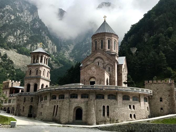 Das neu erbaute Dariali-Kloster an der russisch-georgischen Grenze bei Dariali/Werchny Lars